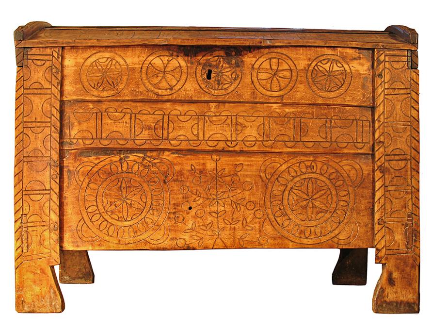 Vyrezávaná drevená truhlica
