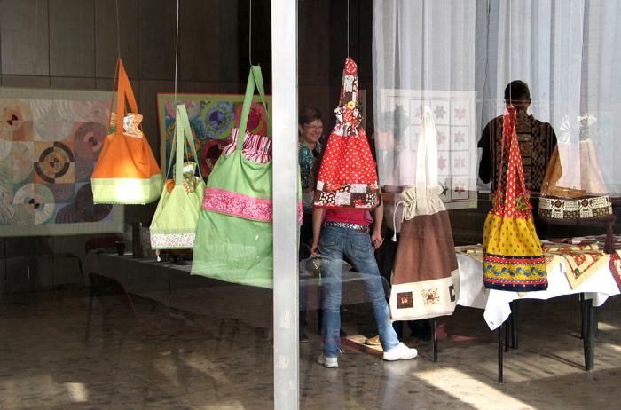 Praktické pestré kabelky a tašky šité technikou patchwork