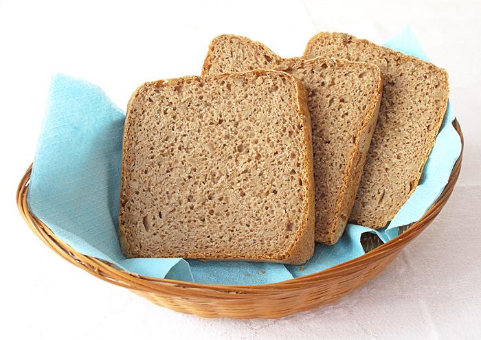 Tmavý domáci chlieb, nakrájaný