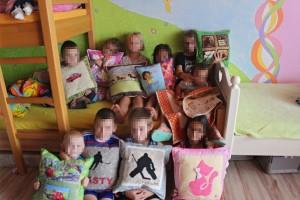 Deti so svojimi vankúšikmi